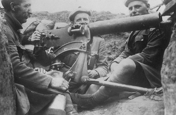 Men of the 6th (Perthshire) Battalion in a trench near La Boiselle in August 1915 manning a machine gun.